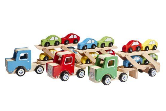 Camión transporta coches de madera