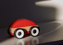 jugar con coches y trenes de madera