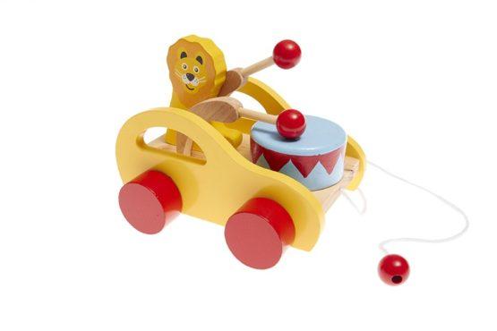 Arrastre musical de madera en forma de coche con león y tambor