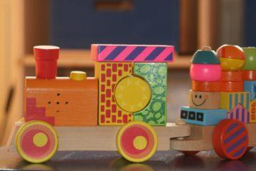 Beneficio tren de madera para niños